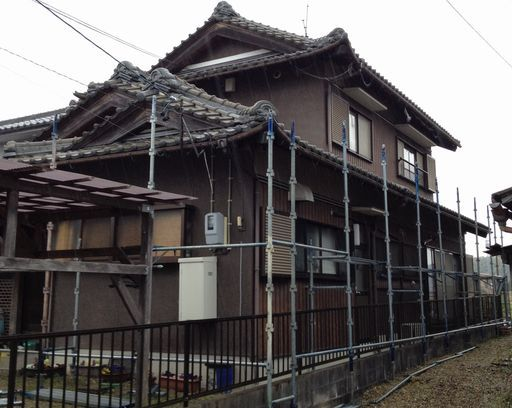 瓦屋根を塗装する前のお客様の家