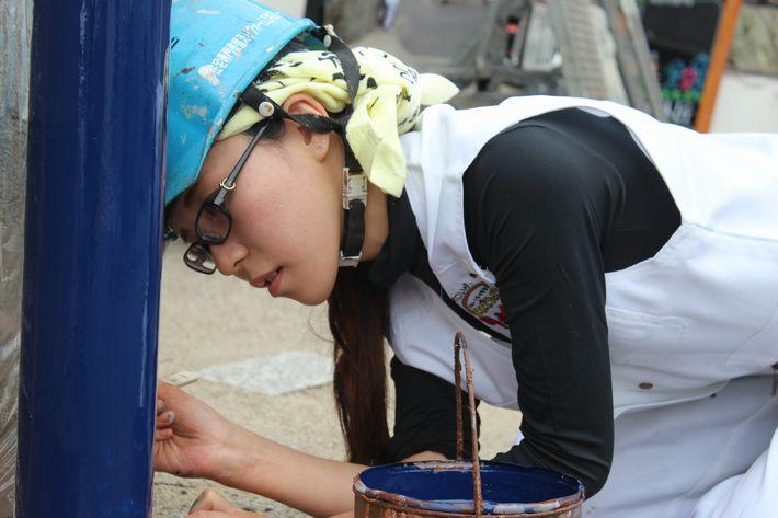 女性塗装職人の写真
