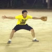 野球をしている塗装職人の写真