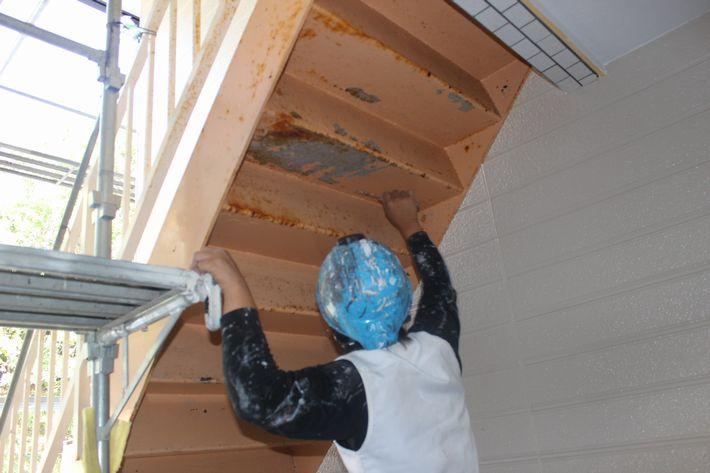鉄骨階段の塗装作業中の写真