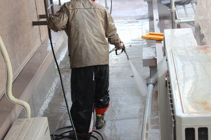 水洗い中の塗装職人の写真